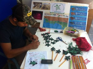 Making crafts for the Eco-Tianguis Vegan Market Ayotcalli goes to every Saturday in Zihuatanejo.